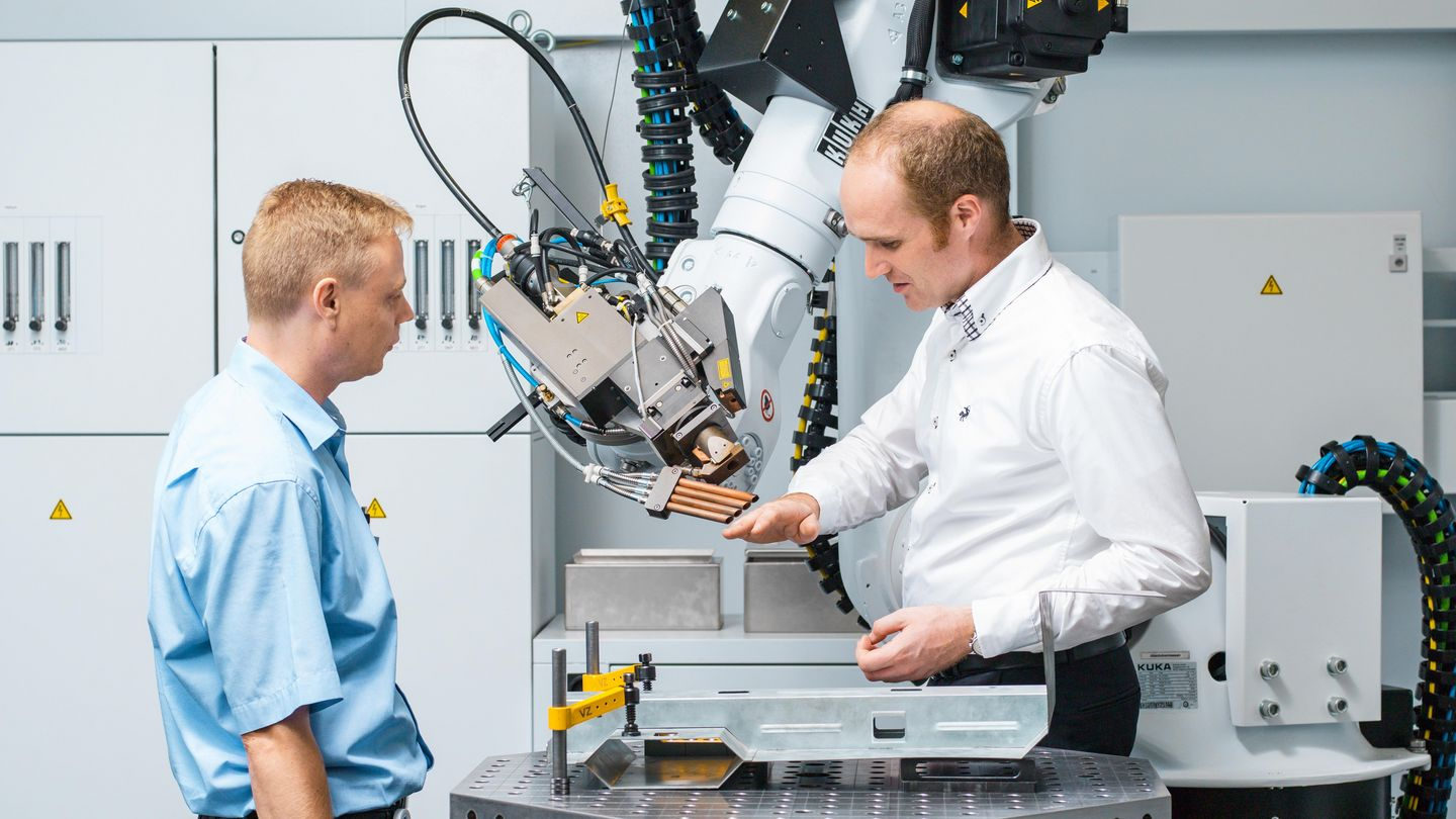 TRUMPF employees talking about a machine