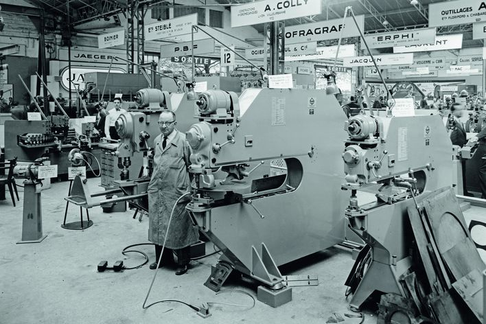 historical picture of a TRUMPF booth at an internationl trade show