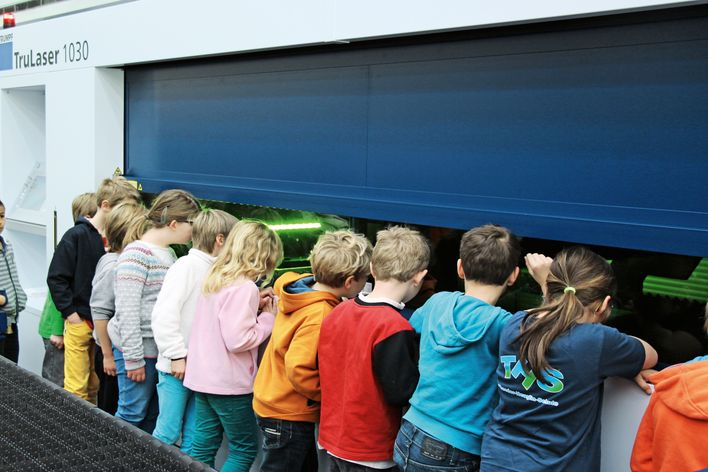 Children at a TRUMPF machine