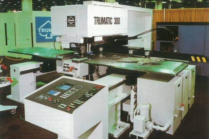 historical picture of a TRUMPF machine Plasmapress