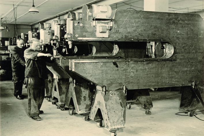 historical picture of the serial production of TRUMPF stationary shears in Stuttgart-Weilimdorf Germany