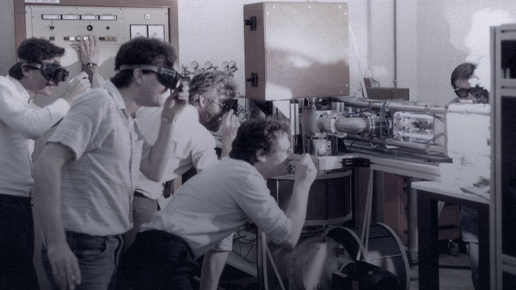 historical picture showing laser development in the 1980s at TRUMPF